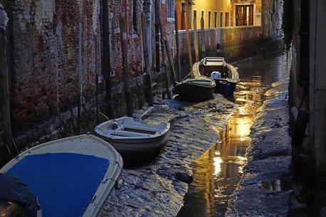 Venezia alle prese con bassa marea, rii quasi all'asciutto
